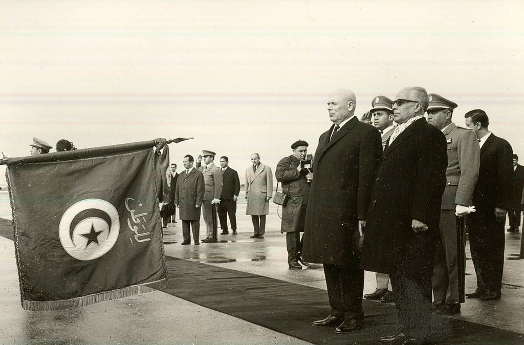 1024px-President_Habib_and_his_Romanian_guests_paying_tribute_to_Tunisian_national_flag
