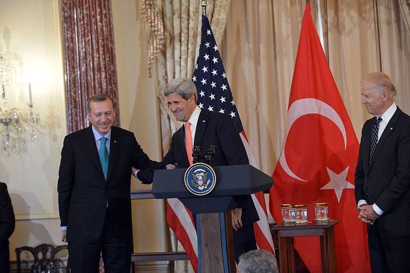 800px-Secretary_Kerry_Delivers_Remarks_in_Honor_of_Turkish_Prime_Minister_Erdogan_(2)-1